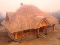 Czytaj więcej: urok domu z bali pod strzechą z kalenicą miedzianą