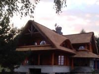 Czytaj więcej: Piękny i romantyczny dom z bala pod strzechą trzcinową