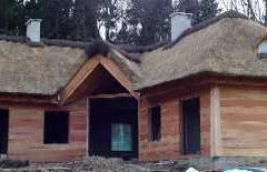 Kominy i dach z trzciny